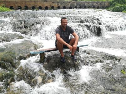 Vanuatu Wasserfall mit Bank