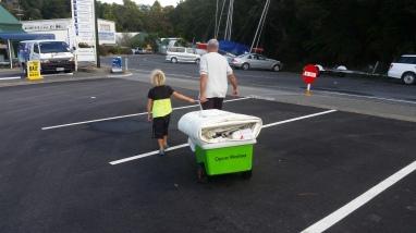 NZ Valentin hilft Don beim Segeltransport