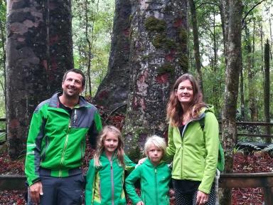 NZ Familie im Kauri-Wald
