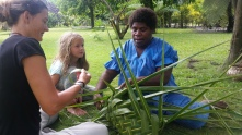 Korb aus einem Kokoswedel