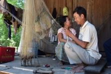 Fischernetz knuepfen auf der Terrasse
