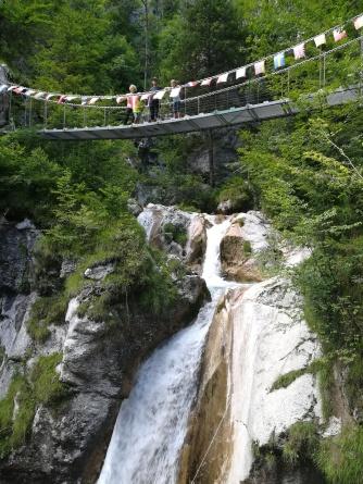 Hängebrücke mit Wasserfallpanorama