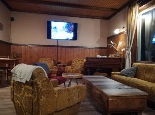 Aufenthaltsraum mit Flügel und Fernseher